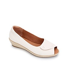 by Kenneth Cole Luci Easy Open Wedge Sandals