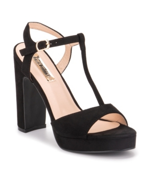 Turn heads and attract attention with the gorgeous seduce high heels. The seduce high heels provides an effortless sense of style with its ankle strap and chunky high heel.
