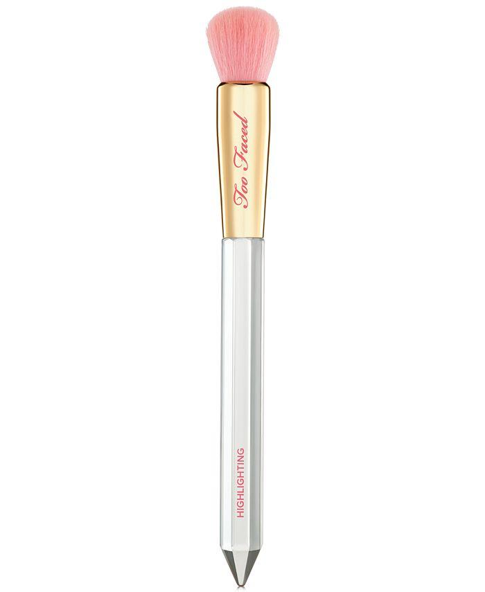 Too Faced - Diamond Light Highlighting Brush