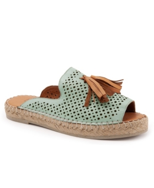 Go straight from the lake house to dinner in town - Navar may be a casual slip-on, but there are enough unique details here to make any outfit feel just a little more fun. Who doesn\\\'t love a tassel?